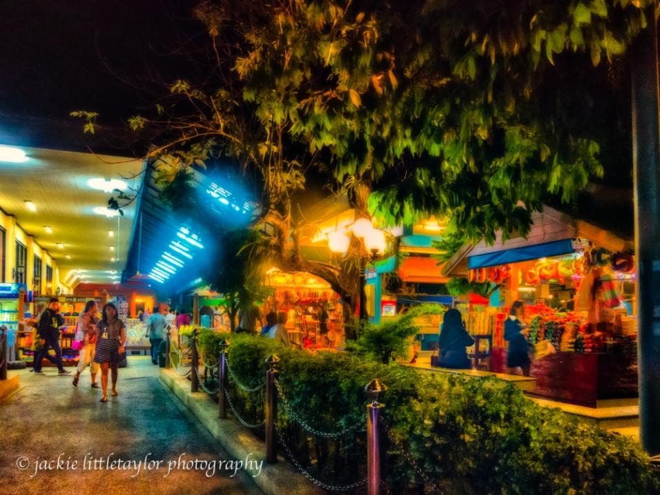 eating and shopping Bus stop Chumporn Bangkok/Phuket Bus impres